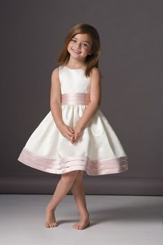 Robe blanche à ruban rose #cortege #mariage #wedding #enfants