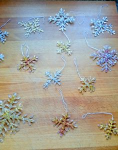 Make beautiful glitter snowflakes yourself. You can easily make these great DIY snowflakes yourself from hot glue. These festive DIY snowflakes are beautiful tree decorations or great gift tags. Pine Cone Decorations, Flower Decorations, Christmas Decorations, Baby Shower Boho, Kids Origami, Snow Flakes Diy, Makes You Beautiful, Easter Crafts For Kids, Craft Gifts