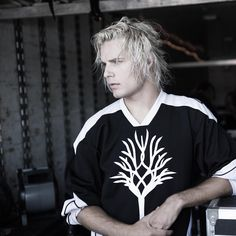 While we wait to meet Rhaegar Targaryen on Game of Thrones, Devin Oliver says he has joined Season And they have more in common than their blond hair! Jon Snow, Beautiful Men, Beautiful People, I See Stars, Game Of Thrones Funny, Scene Kids, Star Wars, Charlie Hunnam, Season 7