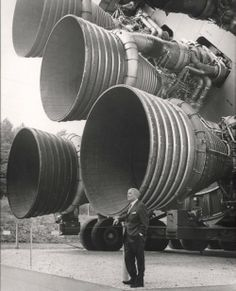 Wernher von Braun in front the F-1 engines of Saturn IV in 1960.