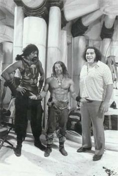 Wilt Chamberlain, Arnold Schwarzenegger and André the Giant on the on the set of Conan the Destroyer. Conan Der Zerstörer, Conan Der Barbar, Arnold Schwarzenegger Bodybuilding, Conan The Destroyer, Wilt Chamberlain, Andre The Giant, Conan The Barbarian, Barbarian Movie, Black Families
