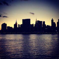 View from #GantryStatePark - #seemycity #itsinqueens #turistinewyork #nycandtours #newyork #newyorkcity #nyc #turengårtil #tourguide #danskerejseblogs #chryslerbuilding #empirestatebuilding @empirestatebldg @chrysler_building