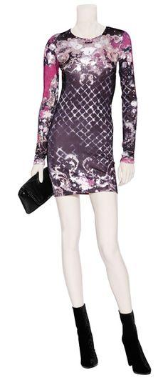 Outfit #55 Vestido de jersey en color morado miltifloral by Balmain. Clutch de piel en color negro by Maison Martin Margiela. Botines de velvet con cortes en laser de color negro by Balmain.