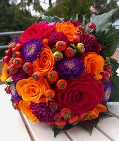 bunter Brautstrauß mit Beeren im Oktober