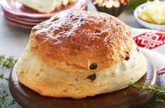Deilig, hjemmelaget julekake. Server lun julekake med smør, brunost eller syltetøy.