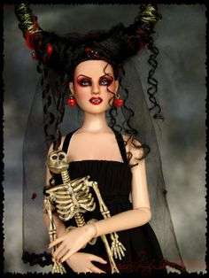 Vampire Doll    http://www.laurieleighart.com/images/Nimue002.jpg
