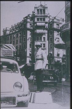 Un guardia municipal regula el tráfico rodado en Puerta Real, en una imagen de comienzo de los años 50. Torres Molina/ Archivo de IDEAL