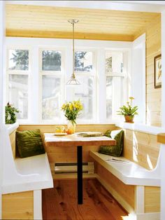 Built-in seating in this breakfast nook makes the most of the small space. (Photo: Photo: Laurie Black)