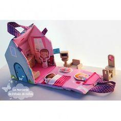 Petite maison de poupées en tissu + 4 figurines à découper, à assembler et à coudre. Disponible aussi sous forme de kit. L'imprimé est une illustration ©L'étoile de coton éditée sur une popeline polycoton.