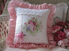 Shabby Chic Pillows, Shabby Chic Crafts, Lace Pillows, Manualidades Shabby Chic, Cute Cushions, Decorative Cushions, Diy Cushion, Romantic Shabby Chic, Button Flowers