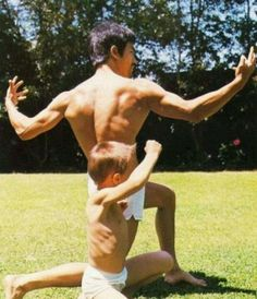 Martial arts legend/film star Bruce Lee with young son Brandon Lee. Brandon Lee, Kung Fu, Martial Arts Movies, Martial Artists, Tyler Durden, Wing Chun, Rare Pictures, Rare Photos, Bruce Lee Training