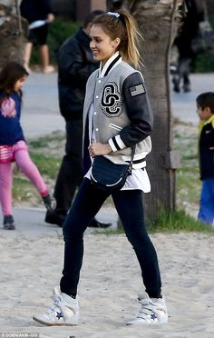 Jessica Alba rocking a casual outfit, varsity jacket, wedge sneakers love it! Jessica Alba Style, Letterman Jacket Outfit, Letterman Jacket Pictures, Letterman Jackets, Baseball Jackets, Jessica Alba Pictures, Grey Leather Jacket, Outfits Mujer, Sporty Chic