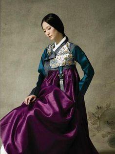 Korean bride in traditional Hanbok Korean Traditional Dress, Traditional Dresses, Korean Dress, Korean Outfits, Saris, Korean Bride, Modern Hanbok, Folk Costume, Korean Fashion