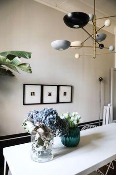 Salle à manger Table repas Suspension graphique Fleurs Vases Appartement Barbara Ghidoni Architecte Milan