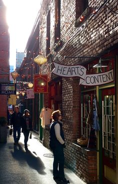 Zippertravel. Victoria BC. Elizabeth shopping in Fan Tan Alley in Chinatown