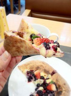 カスタードとフルーツで味わうデザートピザ! - スイーツ部:@Leslie McNeill