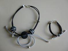 fil élastique gris et noir et perles lignées