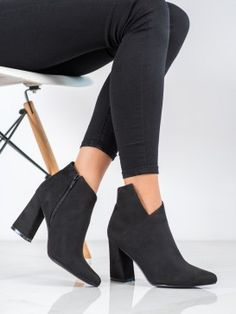 Asymetrické členkové topánky na stĺpci Knee Boots, Booty, Ankle, Shoes, Fashion, Moda, Swag, Zapatos, Wall Plug