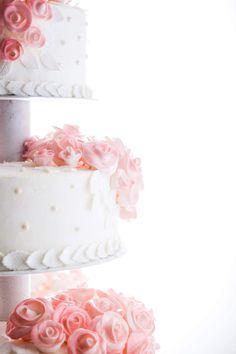 Eistorte in sechs verschiedenen Geschmacksrichtungen und über 100 handgemachten Zuckerrosen.