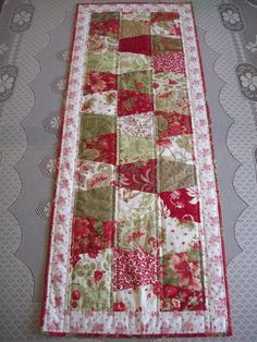 I need a tumbler template! Love this table runner. Table Runner And Placemats, Table Runner Pattern, Quilted Table Runners, Tumbler Quilt, Small Quilt Projects, Sewing Projects, Christmas Sewing, Christmas Quilting, Christmas Runner