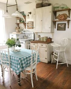 Great Shabby Chic Kitchen Ideas To Get You Started Cozinha Shabby Chic, Cottage Kitchens, Cottage Interiors, Black Interiors, Cuisines Design, Country Kitchen, Old Farmhouse Kitchen, Farmhouse Chic, Country Life