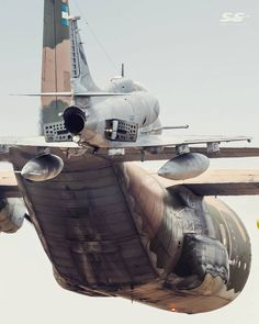 A-4AR Fightinghawk y C-130 Hercules