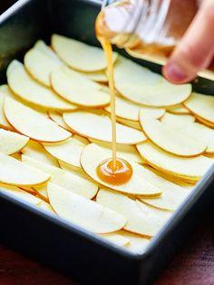 Salted Caramel Apple Bars - w/ Shortbread Crust & Streusel Fall Desserts, Vegan Desserts, Dessert Recipes, Caramel Apple Bars, Caramel Apples, Apple Picking Season, Healthy Vegan Snacks, Shortbread Crust, Apple Slices