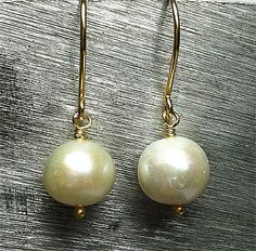Very nice white freshwaterbeads 11 mm. Earhook in goldplatted sterlingsilver 925s