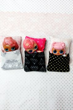 Check out this little doll sleeping bag free sewing tutorial. These fit 1 regular doll or 2 little dolls sharing! Pot Mason Diy, Mason Jar Crafts, Bottle Crafts, Sewing Patterns Free, Free Sewing, Pochette Diy, Free Pattern Download, Diy Couture, Sewing Projects For Beginners