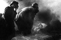 Feriti soccorsi tra le esalazioni dei gas.(1916)