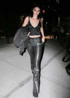 e4ff09a837f3 Kendall Jenner in Leather at Mr Chow -40 Pantalon Cuir, Pantalons, Mode  Vetement