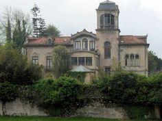 villa la concepcion llanes Abandoned Churches, Abandoned Property, Old Abandoned Houses, Abandoned Mansions, Abandoned Places, Old Houses, Beautiful Buildings, Beautiful Homes, Villas