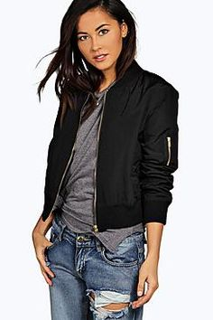 Chaqueta bomber  de mujer color negro de Boohoo Wrap up in the latest coats and jackets and get out-there with your outerwearBreathe life into your new season layering with the latest coats and jackets from boohoo. Supersize your silhouette in a puffa jacket, stick to sporty styling with a bomber, or protect yourself from the elements in a plastic raincoat. For a more luxe layering piece, faux fur coats come in fondant shades and longline duster coats give your look an androgynous edge…