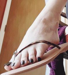 Pretty Toe Nails, Pretty Toes, Feet Soles, Women's Feet, Girl Soles, Beach Feet, Nice Toes, Flip Flop Sandals, Flip Flops
