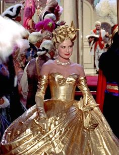 Grace Kelly in Alfred Hitchcock's To Catch a Thief, Costume design by Edith Head. Grace Kelly Mode, Grace Kelly Style, Gold Gown, Gold Dress, Golden Age Of Hollywood, Old Hollywood, Classic Hollywood, Monaco, Princesa Grace Kelly