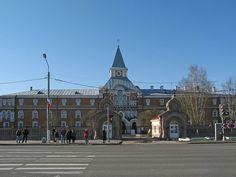 Ensemble du Bâtiment avec l'Eglise Saint Sava Stratelates vu de la Rue - Monastère de la Sainte Trinité Saint Serge - Strelna - Construites en 1859-1862 par l'Architecte Alexey Maksimovich Gornostaev.