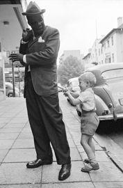 David Goldblatt Hold-up in Hillbrow, Johannesburg Nov 1963 Vintage Photography, Street Photography, Fosse Commune, David Goldblatt, Black History Facts, Foto Art, African History, Black People, Street Art