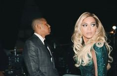 Beyonce shares touching shots of Jay Z helping her prepare for Brit Awards Beyonce Et Jay Z, Beyonce Knowles, Couple Style, Pretty People, Beautiful People, Green Sequin Dress, Pretty Hurts, Mrs Carter, Glamour