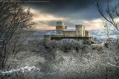 First snow on the castle by Alberto Ghizzi Panizza on - Castello di… Beautiful Castles, Beautiful Places, Amazing Places, Places To Travel, Places To See, Snow Castle, Winter Light, Travel Tours, Travel Destinations