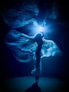Moonlight Ballet (night underwater photo shooting in s… by Lucie Drlikova Moonlight Ballet (night underwater photo shooting in s… by Underwater Photoshoot, Underwater Art, Underwater Photography, Portrait Photography, Shocking Blue, Foto Gif, Blue Aesthetic, Under The Sea, Blues