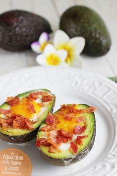 Aguacates con huevo y bacon. | 18 increíbles recetas con aguacate con las que te explotará la cabeza
