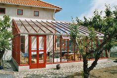 Bygg ett klassiskt växthus i trä - Få ett uterum i vacker design Conservatory Garden, Terrace Garden, Exterior Design, Interior And Exterior, Cabana, House In Nature, Small Buildings, Decks And Porches, Green Rooms