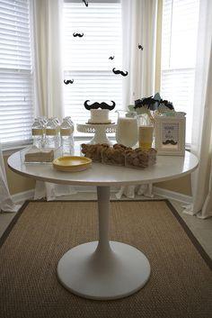 Una mesa y unos colgantes para una fiesta bigote / A table and hanging decorations for a moustache party