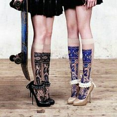 Pearl and bead anklets The perfect touch to a simple pump Accessories Hosiery & … Perlen- und Perlen-Fußkettchen Die. Moda Outfits, Skate Outfits, Socks And Heels, Knee Socks, High Socks, Shoes Heels, Flats, Mode Editorials, Pumps
