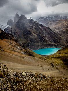 Gebirgssee unter den Gletschern Perus