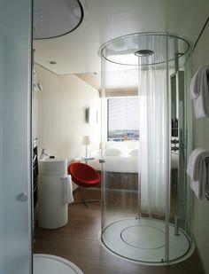 cabine de douche ronde pour aménager une chambre d'hôtel moderne et confortable