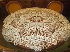 Hobby lavori femminili - ricamo - uncinetto - maglia: Copri tavolo a forma di stella Crochet Bedspread, Crochet Tablecloth, Crochet Doilies, Knit Crochet, Table Runners, Needlework, Diy And Crafts, Ottoman, Embroidery