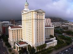 Hotel Cullinan, que é tanto hotel e um arranha-céu, leva o sétimo lugar. Se você tem um olhar mais atento, você vai perceber, que é composto por 2 torres, também conhecidos como Twins, localizado em Hong Kong. A altura do edifício é de 270 metros. É provavelmente o lugar favorito para turistas, porque se você ir lá em cima, você pode desfrutar de uma vista fantástica do campo. Source: http://set-travel.com/en/top-10/item/8016-top-10-highest-hotels-in-the-world