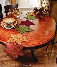 Leaf Table Runner - Best Sewing Tips Table Runner And Placemats, Table Runner Pattern, Quilted Table Runners, Comment Dresser Une Table, Felt Crafts, Diy And Crafts, Collections Etc, Tablerunners, Penny Rugs