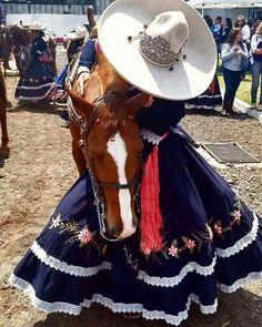Mexikanische Kleidung und mehr Escaramuza Que bonito vestido! Gothic Home, Quince Dresses, 15 Dresses, Charro Suit, Vestido Charro, Mexican Dresses, Cowgirl Outfits, Mexican Style, Quinceanera Dresses